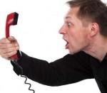 Individuo che urla al telefono